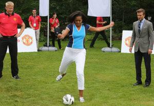 mulheres no esporte, michelle obama chuta bola
